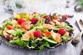 Салат с семгой, огурцами и малиной