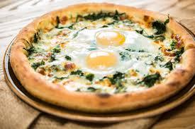 Пицца с яйцом и сыром