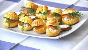 Профитроли с начинкой из слабосоленой рыбы и сливочного сыра