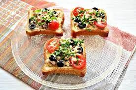 Утренние тосты с сыром камамбер, томатами и зеленью