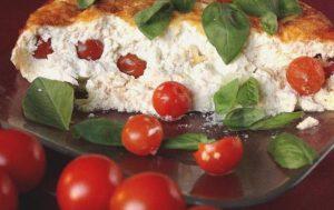 Как приготовить в мультиварке творожную запеканку с томатами и пряной зеленью?