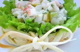 Сырные «плетёнки» с крабовым салатом