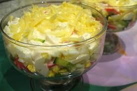 Крабовый салат с помидорами и яблоками