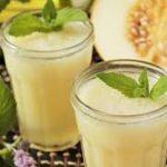 Кефирный смузи с дыней и мёдом