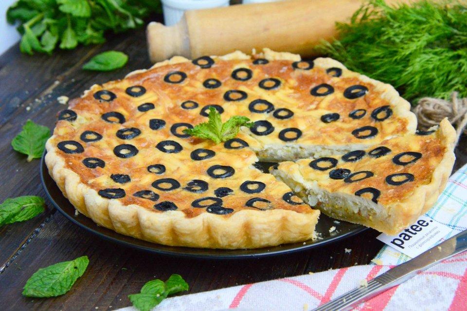 Рецепт лукового пирога с сыром и маслинами