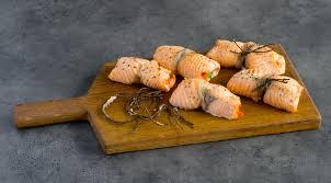 Рулетики из лосося с овощами