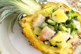 Салат с авокадо, ананасом и сухариками