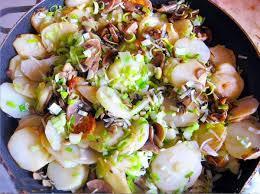 Ароматная картошка с грибами и зеленым маслом