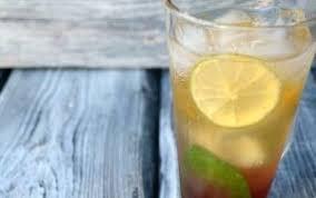 Коблер (коктейль с клубничным сиропом и лаймом)