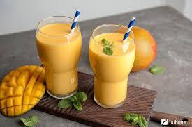Смузи с бананом, апельсином, ананасом, манго и мятой