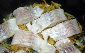 Рецепт минтая с луком и омлетом в духовке