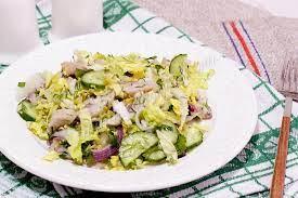 Салат с сельдью, пекинской капустой и огурцами