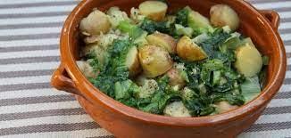 Зеленый салат с мятым молодым картофелем