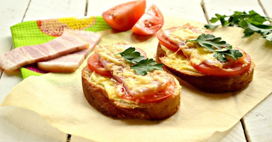 Бутерброды-гриль с помидорами и беконом
