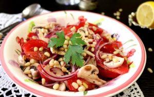 Салат со свежими шампиньонами и помидорами