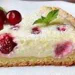Песочный пирог с творогом и вишней