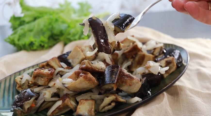 Баклажаны а-ля грибы с маринованным луком