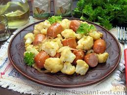 Цветная капуста с сосисками и яйцом