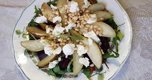 Салат свекольный с грушей, сыром и корнишонами